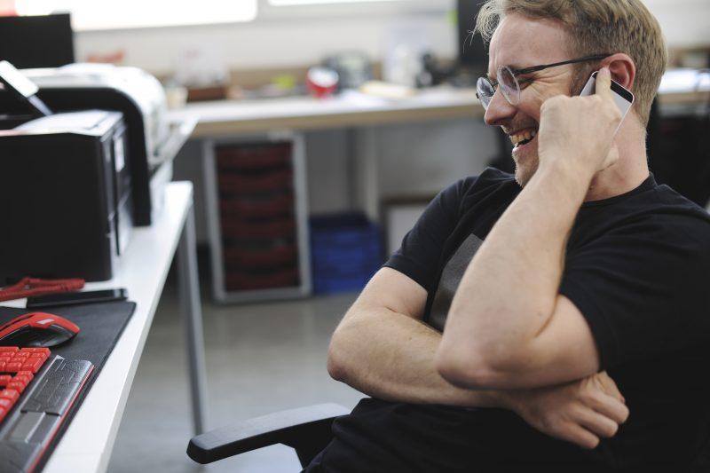 Freundlicher Mitarbeiter am telefonieren