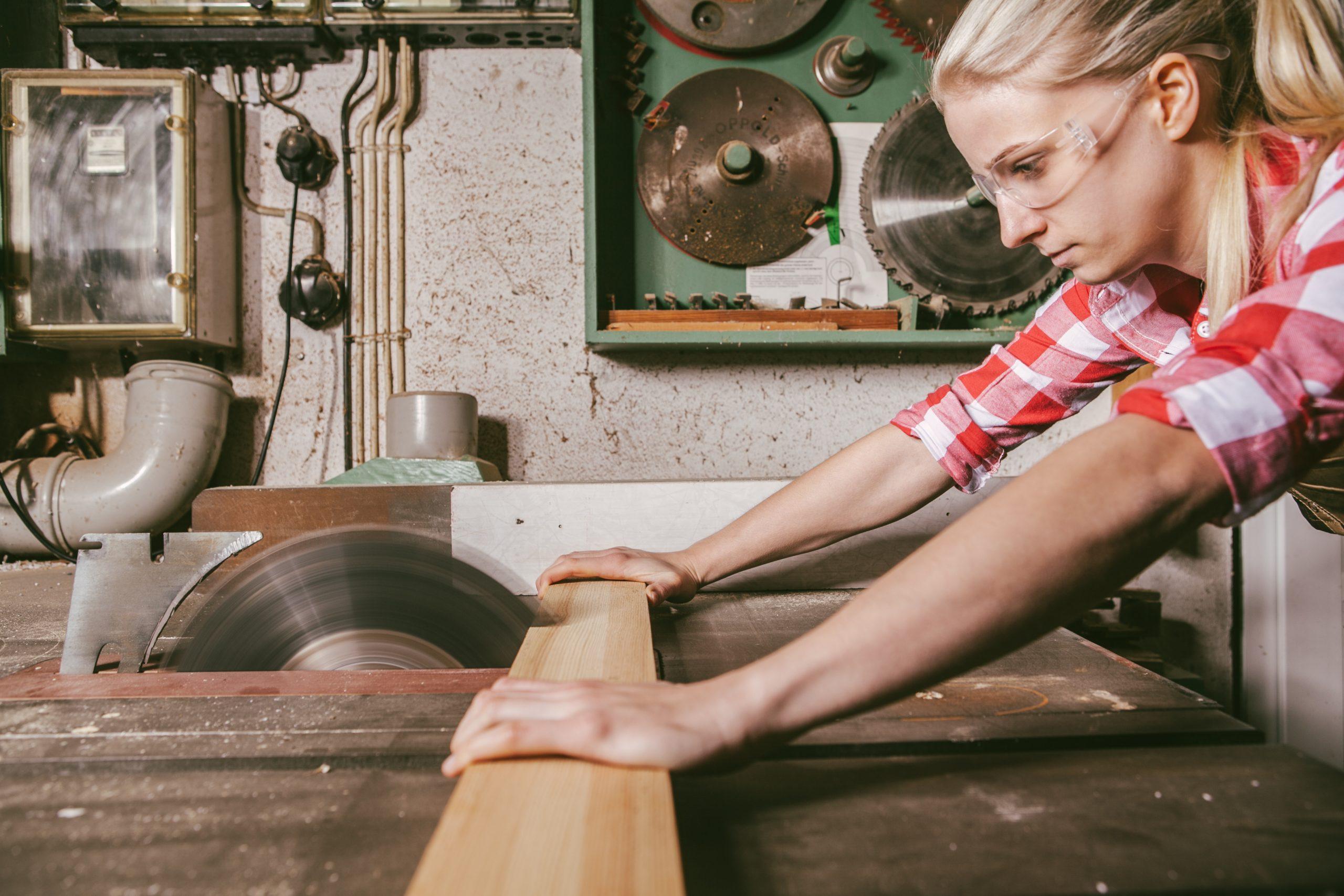 Tischlerin sägt an Tischkreissäge